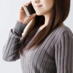 電話でおしゃべりする女性